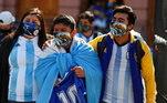 Argentinos chegam para o velório uniformizados com camisas da seleção e do Boca Juniors