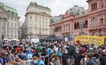 Fãs ocupam a Plaza de Mayo, onde fica a Casa Rosada, sede do governo da Argentina, para dar o último adeus a Diego Armando Maradona