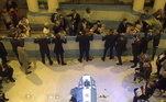 O corpo do ex-jogador estão coberto por uma bandeira da argentina. Os torcedores não podem parar em frente ao caixão e têm de passar rapidamente pelo local