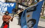 Torcedor argentino na homenageia craque com grande bandeira em referência à camisa 10 de Maradona
