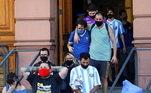 Fãs deixam a Casa Rosada emocionados e chorando, após de despedirem de Maradona