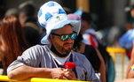 Fãs leva rosa para jogar em direção ao corpo de Maradona