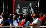 Plaza de Mayo está cheia de bandeiras com a imagem de Maradona em diferentes fases da vida do camisa 10