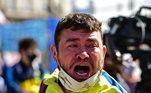 Tristeza do torcedor que espera na fila para se despedir de Maradona