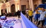 Torcedores deixam camisas e flores em frente ao corpo de Maradona