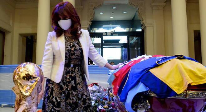 Ex e atual vice-presidente Cristina Kirchner presta homenagem a Diego Maradona