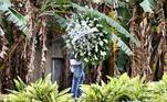 Além dos familiares presentes, o artista foi homenageado com coroas de flores que foram enviadas por amigos