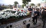 Yudi Tamashiro se despediu do pai, Nelson Tamashiro, que morreu na quarta-feira (31), vítima da covid-19, em velório realizado na tarde desta quinta-feira (1º), em São Vicente, cidade do litoral de São Paulo