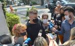 Os três permaneceram juntos e abraçados e conversaram com os repórteres sobre a partida da mãe