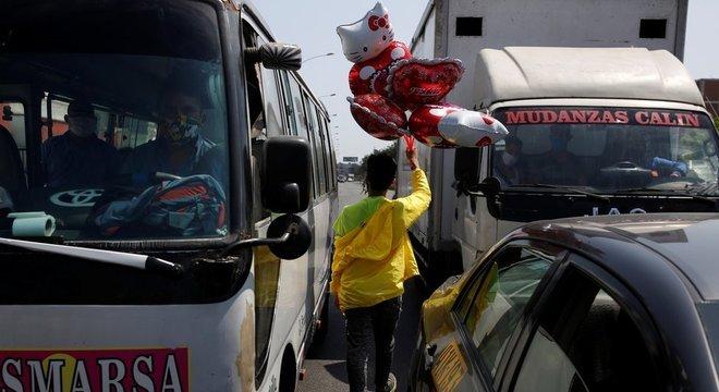Muitos vendedores ambulantes continuaram a trabalhar apesar das restrições, para conseguir dinheiro para comer