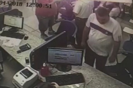 Câmeras de segurança flagraram momento que vendedor pega o celular em cima da cadeira