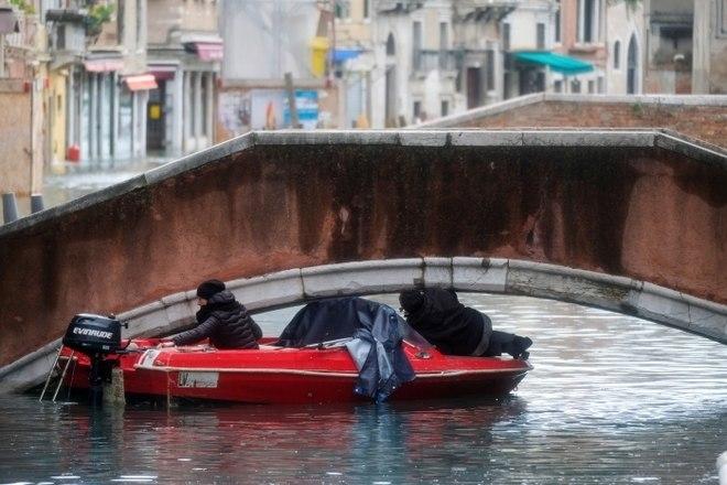 A imagem mostra um bote tendo dificuldades para passar embaixo de uma ponte durante as inundações. O prefeito Luigi Brugnaro disse que a situação é dramática. 'Pedimos ao governo que nos ajude. O custo será alto. Este é o resultado da mudança climática', escreveu no TwitterVeja também:Enchente em Veneza é só mais um dos problemas na cidade