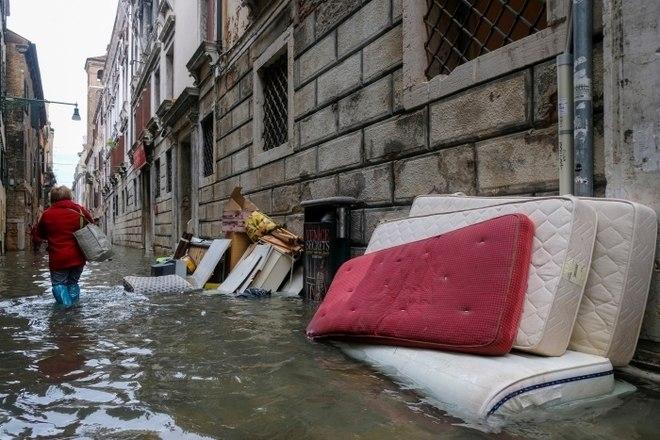 Durante a semana, quando as inundações começaram, um homem morreu ao ser atingido por um raio enquanto usava uma bomba de água elétrica, informou o corpo de bombeiros
