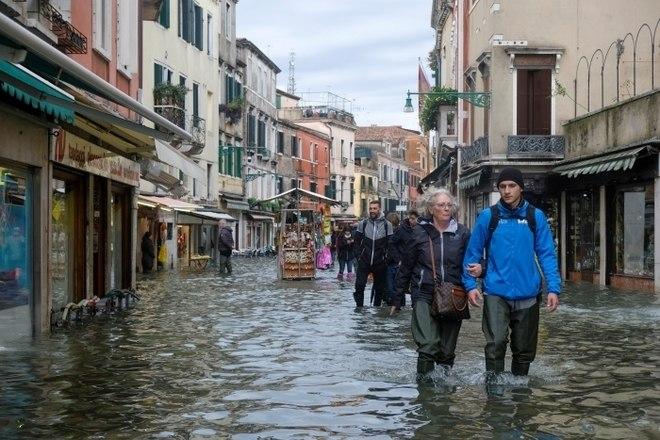 O alerta para fortes ventos que estão levando a água para dentro de toda a cidade continua ativo