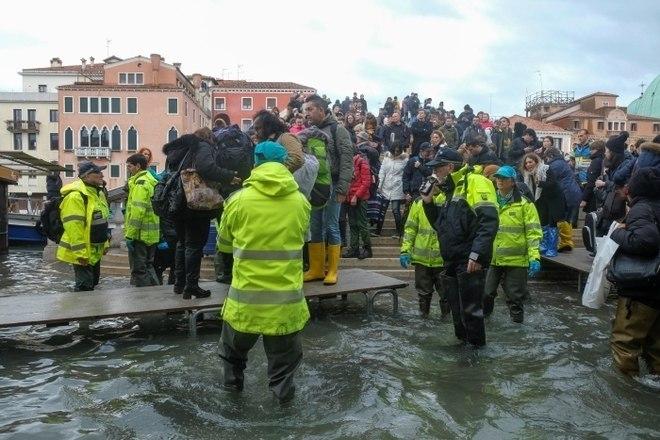 Com a cidade de Veneza atingida por uma nova enchente avassaladora em menos de dois dias, dezenas de turistas e residentes se encontravam ilhados na manhã desta sexta-feira (15), ao passo que o nível da água atingia 1,6 m