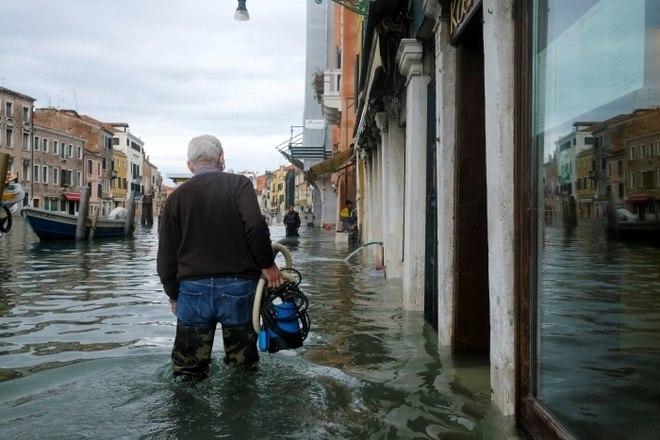 Segundo a agência de notícias Reuters, uma barreira anti-inundação foi concebida em 1984 para protegerVenezado tipo de maré alta que vem arrasando a cidade, mas o projeto de vários bilhões de euros, conhecido como Mose, é assolado por escândalos de corrupção e ainda não está em operação