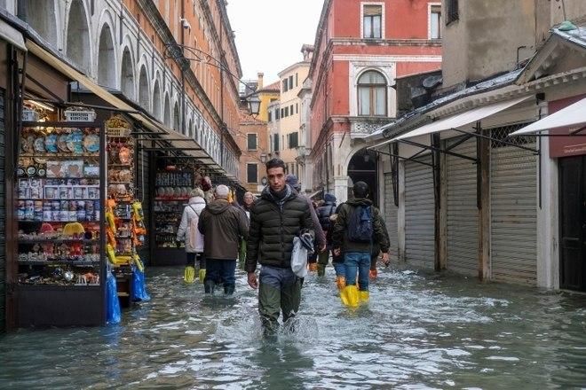 A famosa praça central de São Marcos foi fechada por causa das inundações nesta sexta-feira e todos os estabelecimentos na área foram invadidos pela água