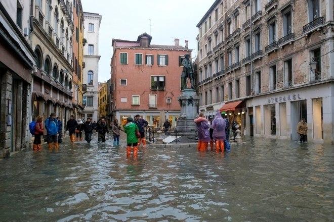 Ao longo da semana, a Praça de São Marcos já havia ficado debaixo de mais de um metro de água, e a Basílica de São Marcos adjacente foi inundada pela sexta vez em 1.200 anos