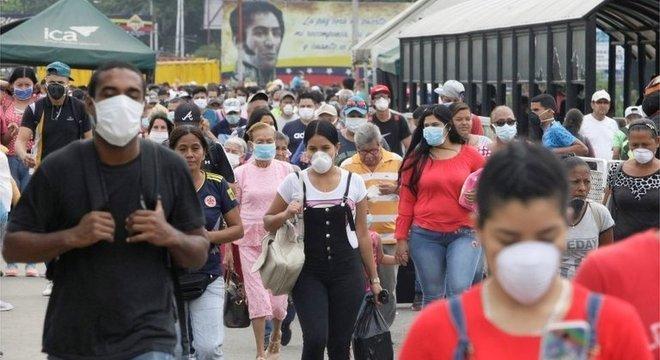 Venezuelanos que entraram na Colômbia na fronteira de Táchira e Cúcuta usavam máscaras Venezuela