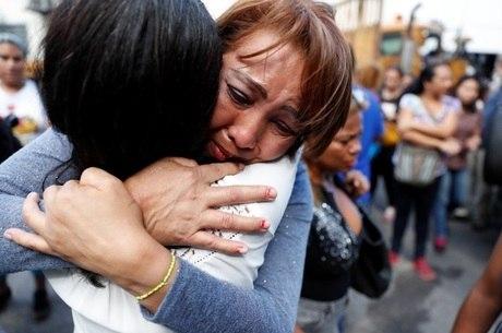 Parentes choram na portaria de centro de detenção