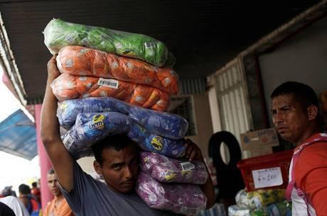 Venezuelano comprando produtos no Brasil