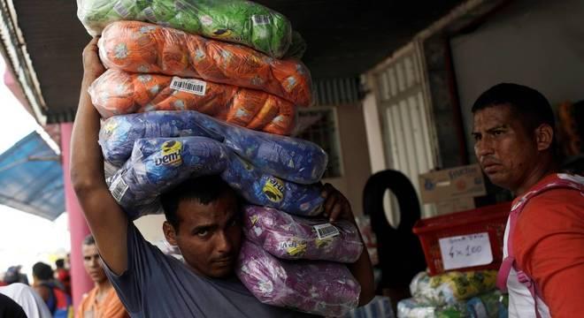 Chegada de donativos à Venezuela é motivo de crise na fronteira com o Brasil