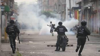 __Polícia entra em confronto com manifestantes na fronteira__