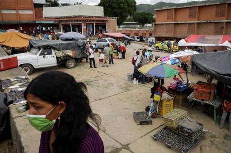 Mercados de rua estão cheios em Caracas