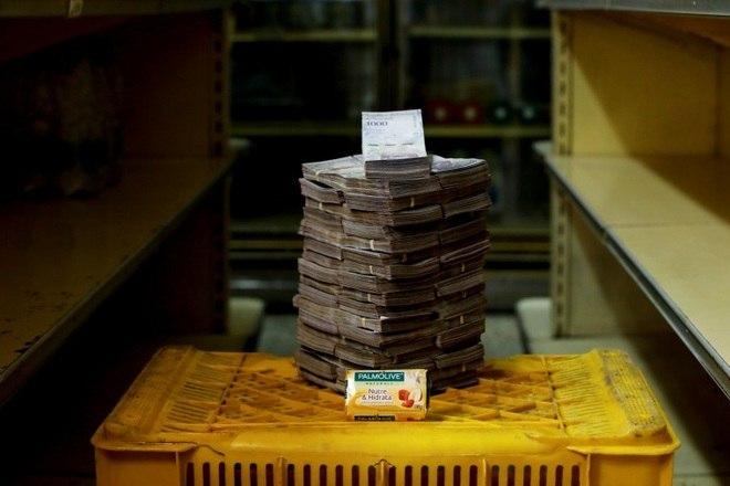 Uma barra de sabão é retratada ao lado de 3.500.000 bolívares. Seu preço é o equivalente a 0,53 dólares (R$ 2,07). Outra medida é o fim do subsídio aos combustíveis, o que aumentará o preço do produto