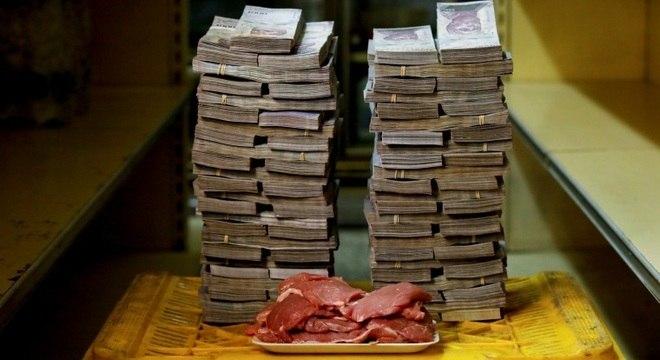 Pilhas de dinheiro são necessárias para fazer compras na Venezuela