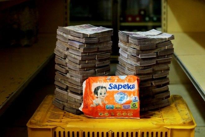 Um pacote de fraldas é comprado por 8,000,000 bolívares, ou 1,22 dólares (R$ 4,76)