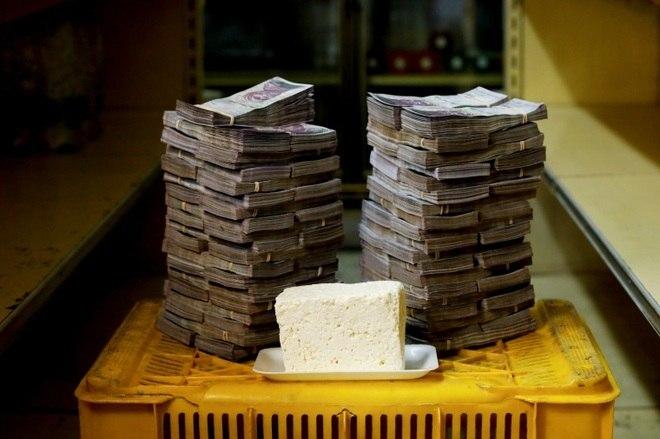 Mas tal medida ainda não tem data para entrar em vigor. Na foto, 1 kg de queijo é retratado ao lado de 7.500.000 bolívares, com o preço equivalente a 1,14 dólares (R$ 4,45)