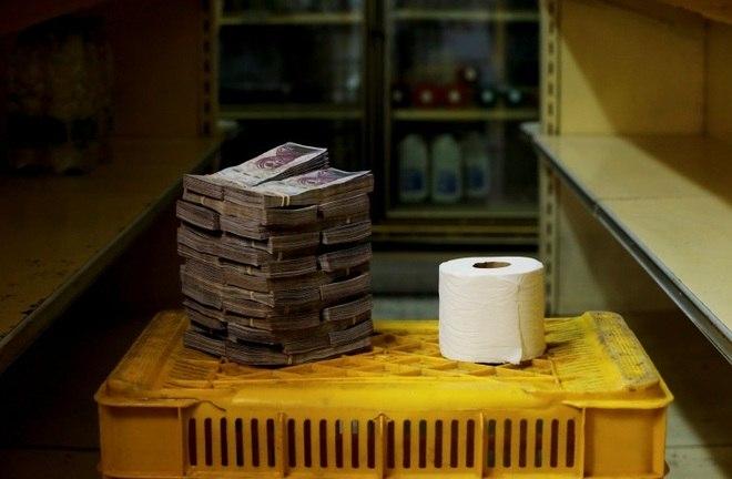 Um rolo de papel higiênico não é nada barato para os venezuelanos. Custa em média 2,600,000 bolívares, ou 0,40 dólares (R$ 1,56)Em crise sem precedentes, Venezuela anuncia fim da gasolina mais barata do mundo