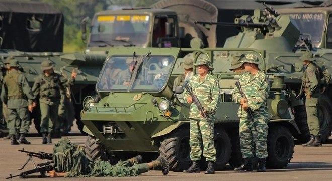 Militares venezuelanos iniciaram exercícios na fronteira com a Colômbia