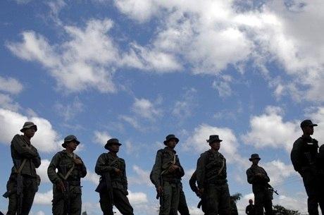 Exército da Venezuela guarda a fronteira com o Brasil