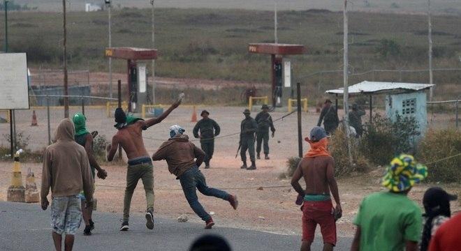 Venezuelanos jogaram pedras e militares responderam com gás lacrimogênio