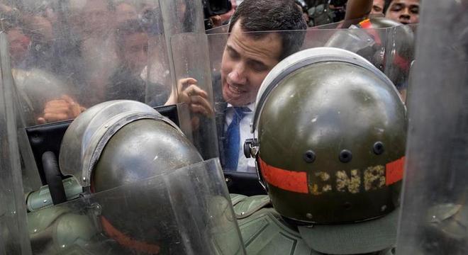 Soldados impediram Guaidó e seus aliados de entrarem no Parlamento