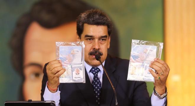 Maduro mostra os passaportes dos dois norte-americanos detidos na Venezuela
