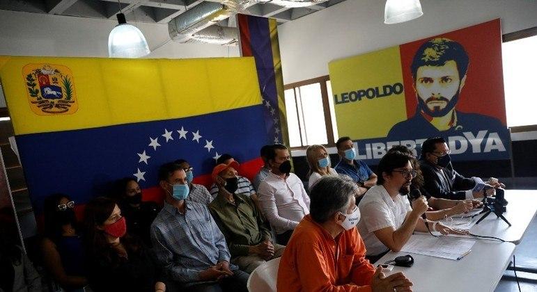 Opositores venezuelanos concedem entrevista coletiva em Caracas