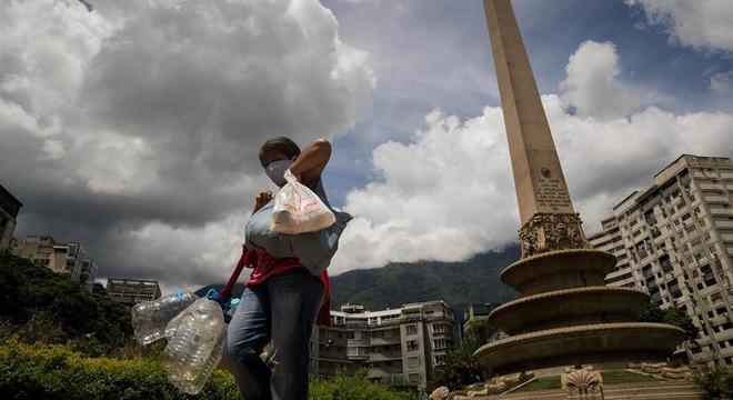 Salário mínimo na Venezuela consegue comprar 1 kg de farinha de milho