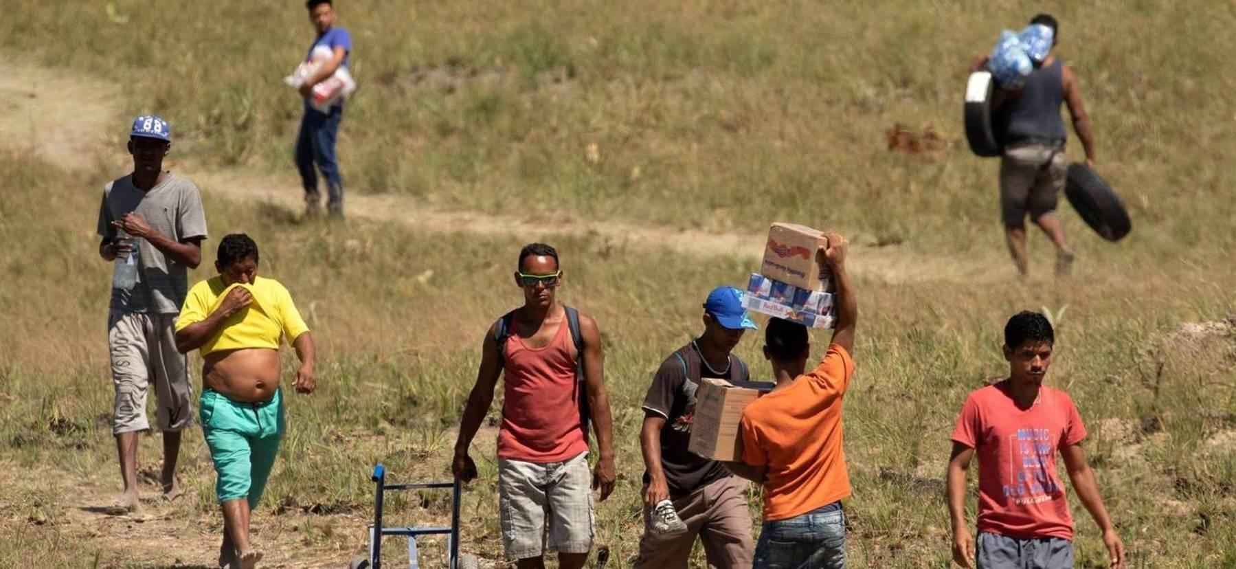 Venezuelanos usam caminho alternativo para cruzar a fronteira com o Brasil, em Pacaraima (RR) (Joédson Alves/EFE - 24.02.2019)