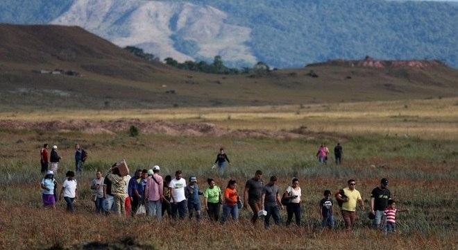 Venezuelanos tentam cruzar fronteira com Brasil em Roraima