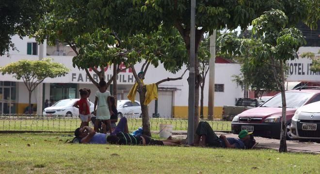 Famílias venezuelanas em praça de Boa Vista
