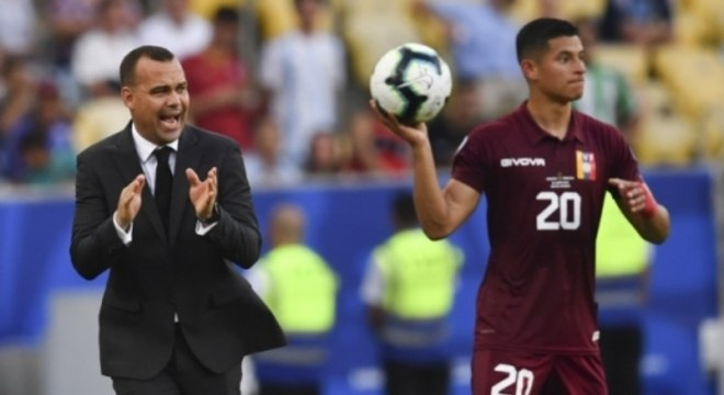 Dudamel (à esq.) treina a seleção principal e administra as de base na Venezuela