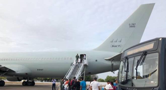 Grupo de 104 imigrantes viajou de Boa Vista à SP em um voo da FAB