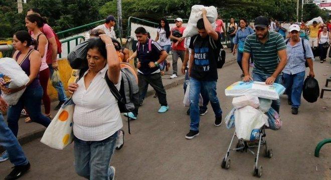 Hiperinflação e desvalorização do bolívar causaram desabastecimento na Venezuela. Faltam produtos básicos, que são vendidos por altos preços no mercado negro