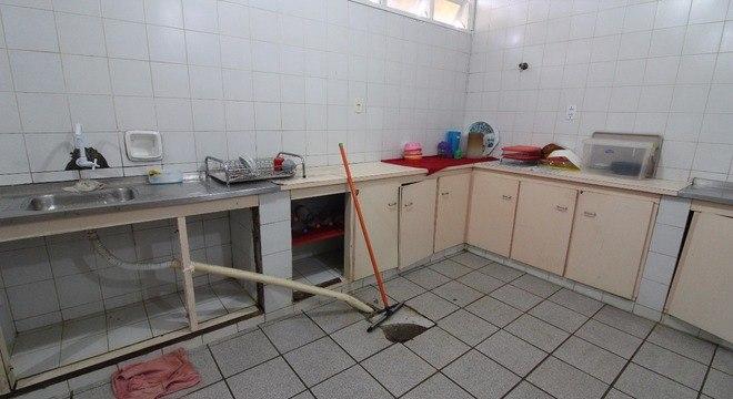 Vazamento de esgoto na cozinha espalha água suja pelo espaço