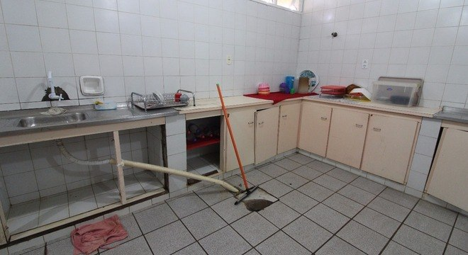 A cozinha do hospital de Pacaraima está suja, fedida e com esgoto retornando