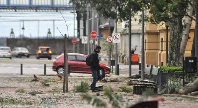 Ventania no sul do país provocou ao menos seis mortes com passagem de ciclone