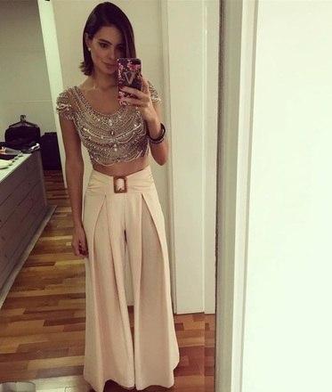 Chique, Vera também deixa a barriga à mostra nesta versão luxuosa de top e saia
